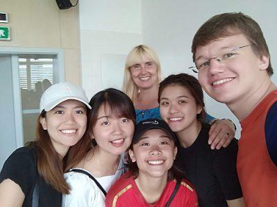 Slávka Černá - v pozadí - se svými studenty